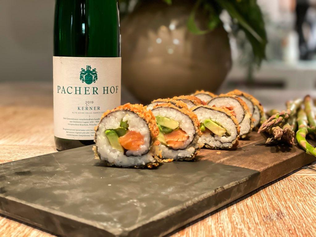 Sushi Crispy Roll mit Avocado Lachs und Spargel